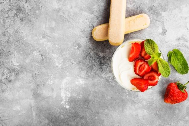 デザートティラミスとイチゴ Premium写真