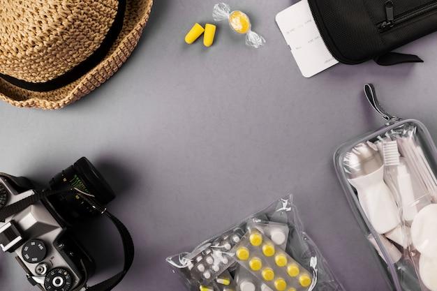 化粧品、カメラ、帽子、耳栓、薬、航空券、書類が付いたフライト小瓶用セット Premium写真
