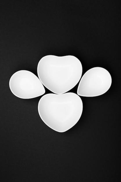 黒地にきれいな白い食器。上面図 Premium写真