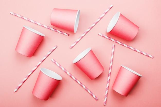 ピンクの紙コップとピンクの白藁 Premium写真