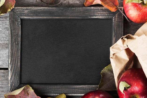 リンゴと黒板 Premium写真