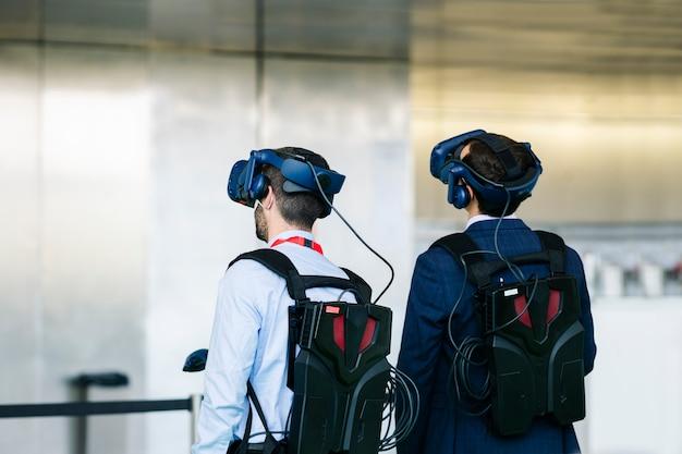 ビジネスマンは仮想現実の眼鏡をかけます Premium写真