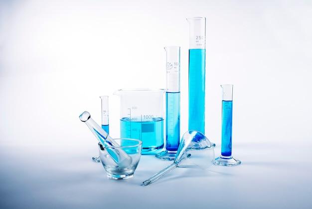 青い液体の中の実験室試験装置 Premium写真