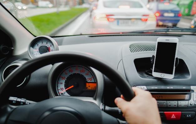 渋滞で車を運転する Premium写真
