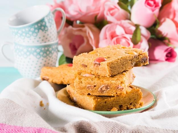 お祝い朝食はパステルカラーのトレイを設定します。花バラバレンタインの母の日ホームメイドキャンディー焼き菓子。 Premium写真