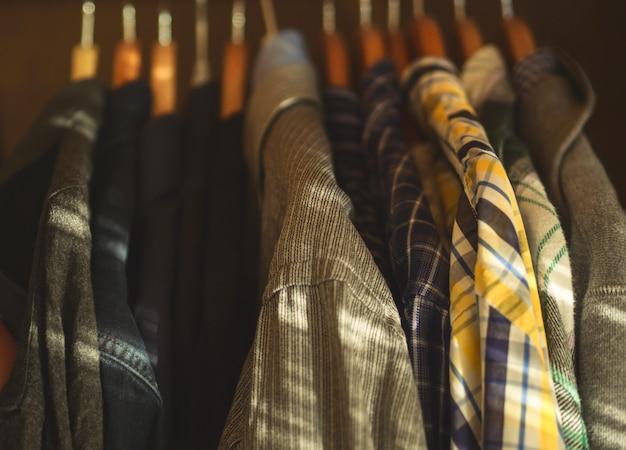 男のクローゼットハンガーシャツのクローズアップ Premium写真