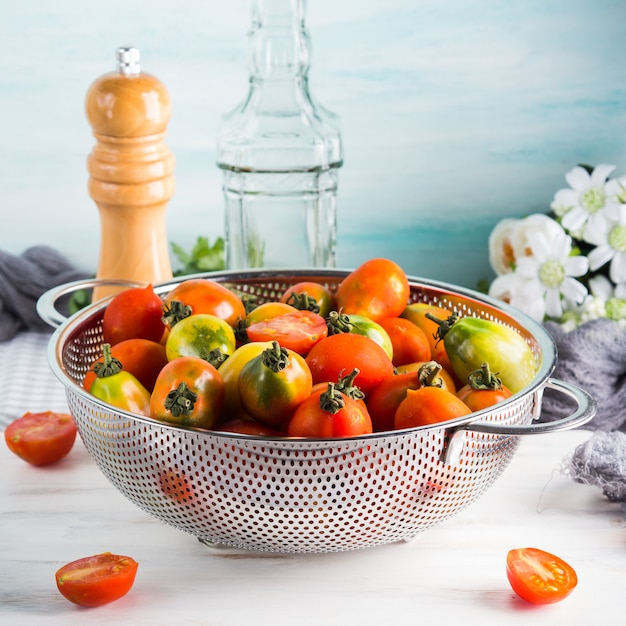 テーブルの上にザルでイタリアのトマト Premium写真