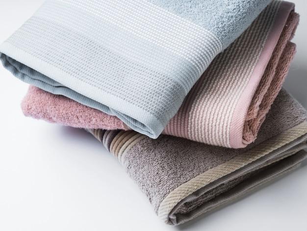 白のパステルカラーのきれいに折り畳まれたタオル Premium写真