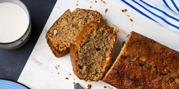 Цельнозерновой банановый хлеб на завтрак Premium Фотографии