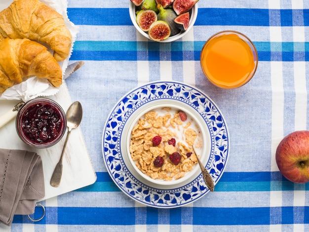 シリアル、イチジク、クロワッサンを添えた朝食 Premium写真