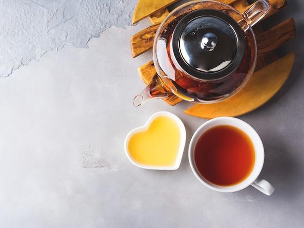 赤茶と蜂蜜のティーポット Premium写真