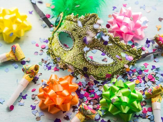 カーニバルマスクとパーティーの装飾、紙吹雪 Premium写真
