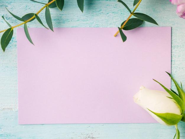 Пустая фиолетовая карточка цветы тюльпаны розы весна пастельные цвета. праздник пасхи, свадебные приглашения на день рождения Premium Фотографии