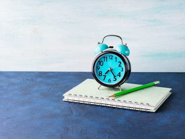 目覚まし時計と実業家のアクセサリー Premium写真