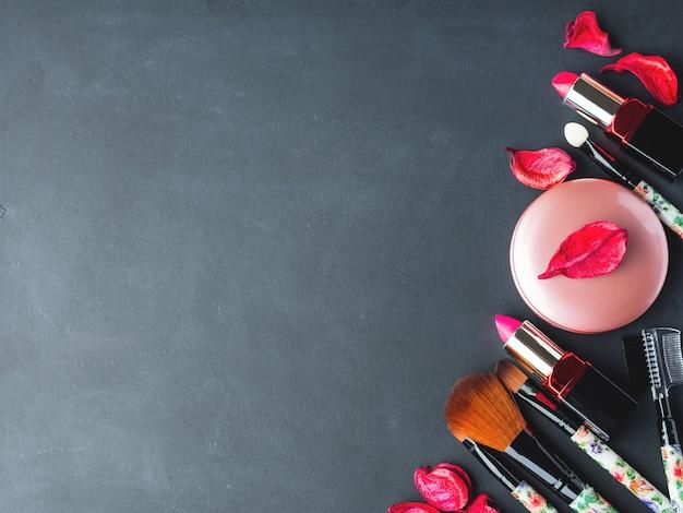 ピンクの花びらで製品や道具を作る Premium写真
