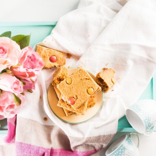 お祝い朝食花ピーナッツバターの弓 Premium写真