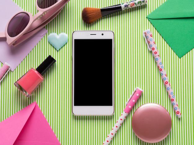 スマートフォンの画面と女の子用アクセサリー Premium写真