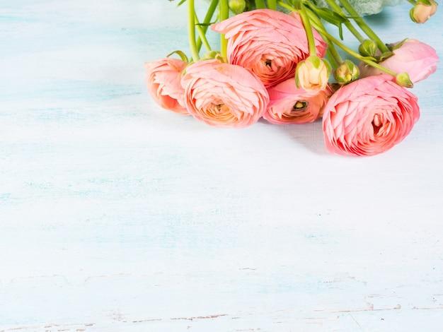 Букет красивых розовых лютиков на бирюзе Premium Фотографии