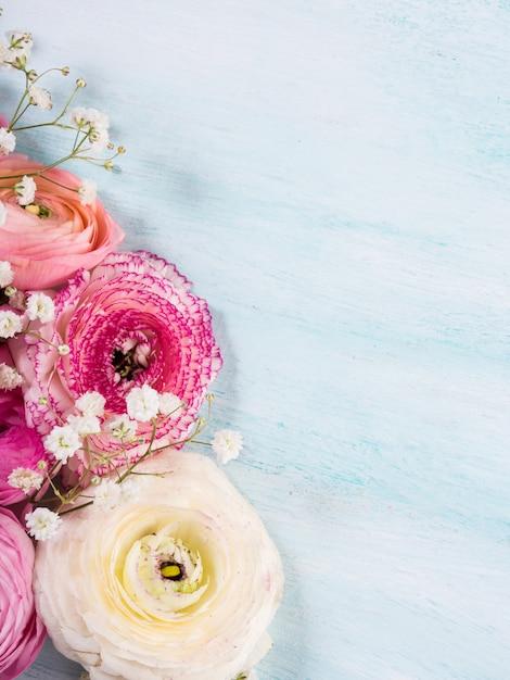 Красивая розовая рамка лютика на бирюзе деревянной. женщина день свадьбы матери. праздник элегантный букет цветов. Premium Фотографии