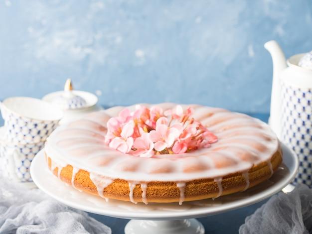 フロスティングとバントケーキ。お祝い御馳走春の花 Premium写真