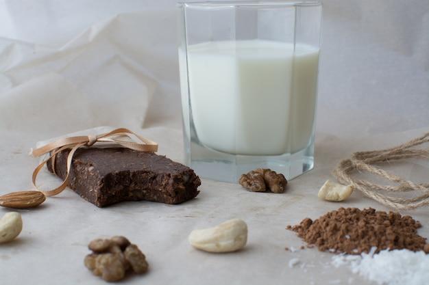 Здоровые сырья. здоровая концепция. натуральные сладкие и полезные батончики. Premium Фотографии