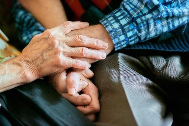 強い家族関係、手を繋いでいる高齢者 Premium写真