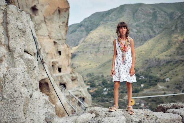 Экскурсии в горах, подросток в горах возле пещер Premium Фотографии