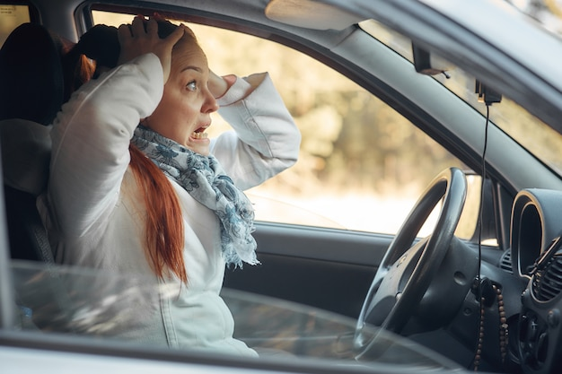 中年女性が車に座って交通状況に不満 Premium写真