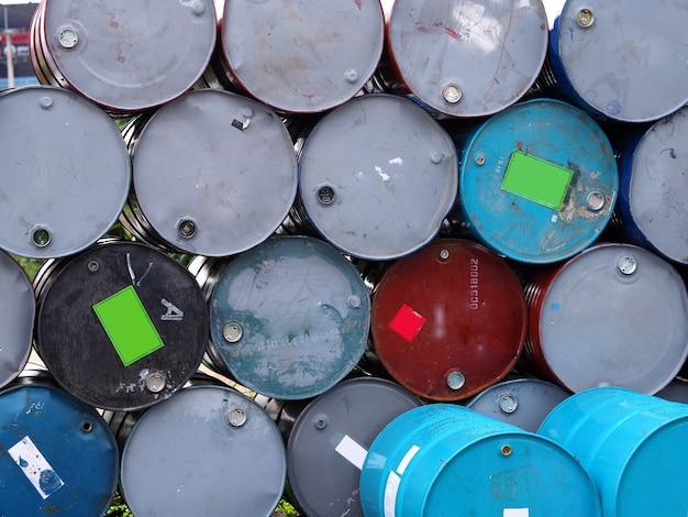 石油タンク列 Premium写真