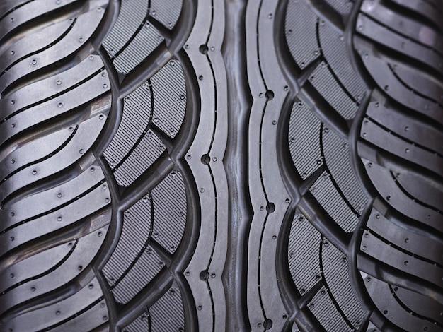 タイヤ取り付けサービスの新しいタイヤ。 Premium写真