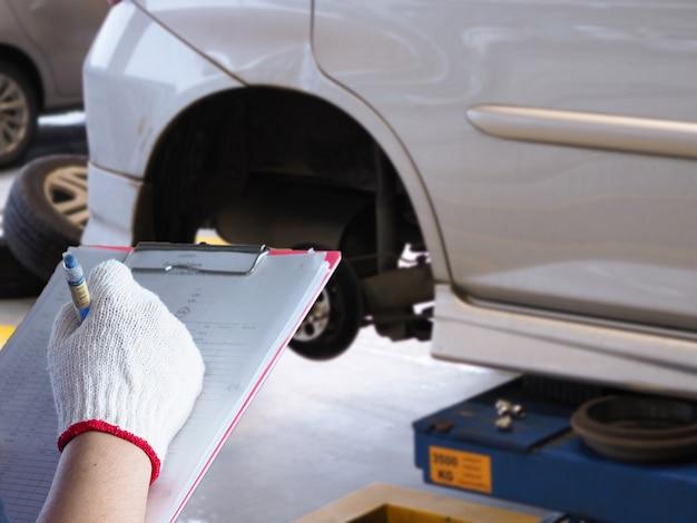 整備士は車をチェックしています。 Premium写真