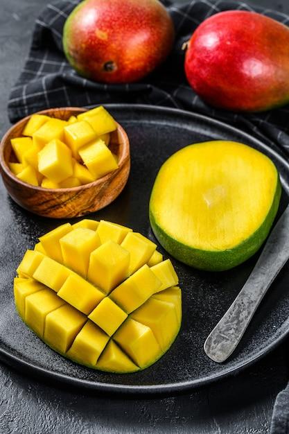 Манго. нарезать кубиками тропических фруктов. вид сверху Premium Фотографии