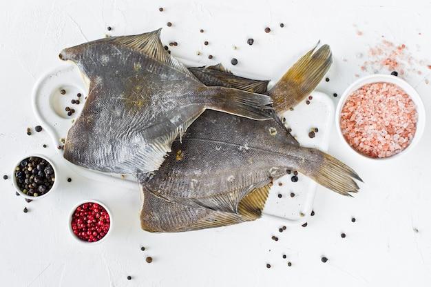 生のヒラメ、料理の食材。 Premium写真