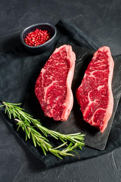 大理石のビーフブラックアンガスのステーキ Premium写真