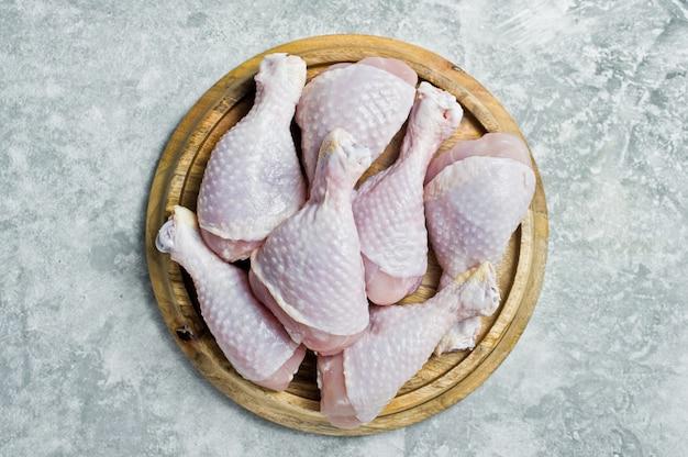 生の鶏肉の足。 Premium写真