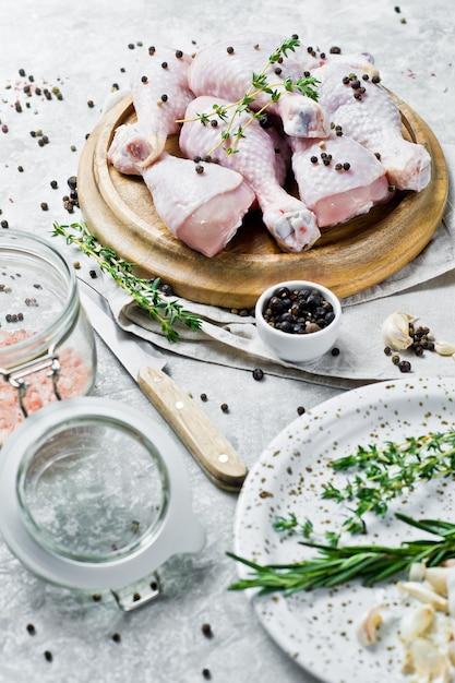 チキンレッグクォーター料理の材料:ローズマリー、タイム、ニンニク、コショウ。 Premium写真
