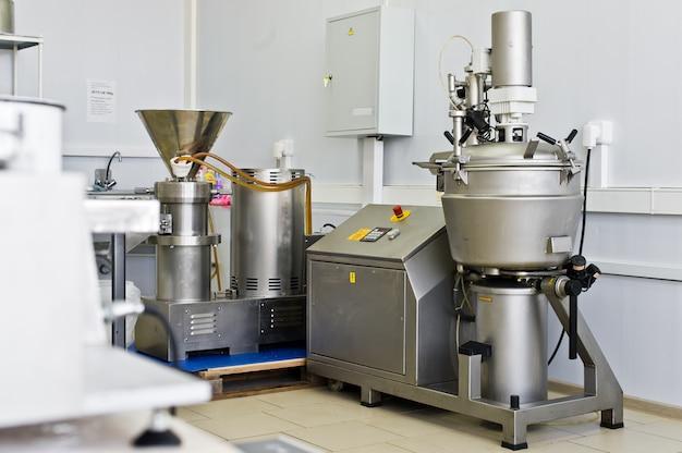 食品の生産のための産業機器、ステンレス鋼の液体のミキサー。ビッグシェーカー Premium写真