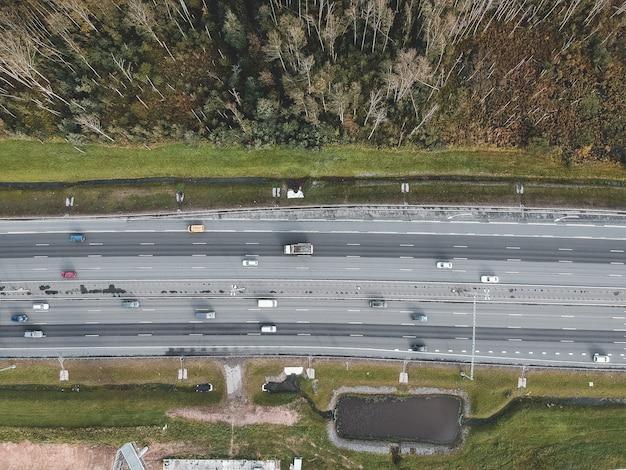 Аэрофотосъемка скоростных дорог, автомобилей, флэтли. Premium Фотографии