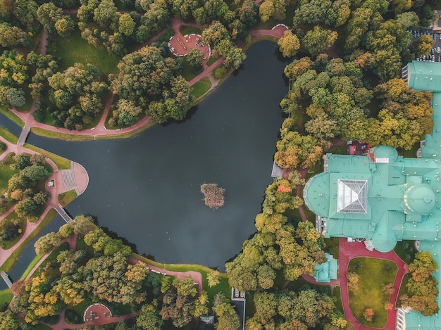 ロシアのサンクトペテルブルクにある湖と宮殿のある公園の空中写真。 Premium写真