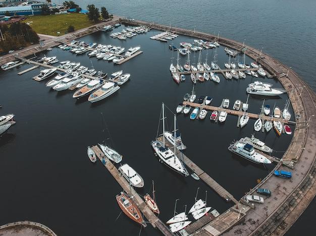 防波堤とヨットクラブ。ヨット、モーターボート、ヨット、バース、桟橋。 Premium写真
