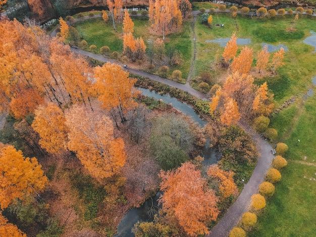 都市の郊外の秋の公園の空撮。サンクトペテルブルク、ロシア。 Premium写真