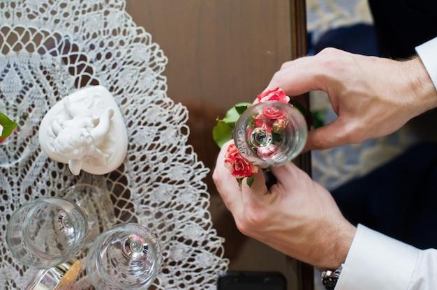 新郎は結婚式のメガネを花で飾ります Premium写真