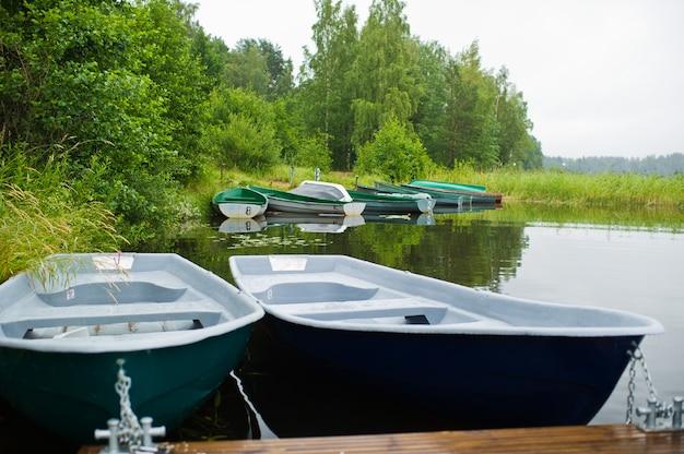 Лодочная станция на берегу красивого озера. Premium Фотографии