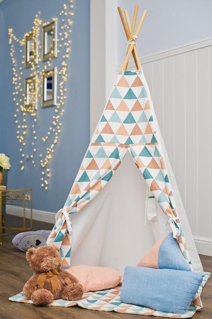 プレイテントとおもちゃの子供部屋のインテリア Premium写真