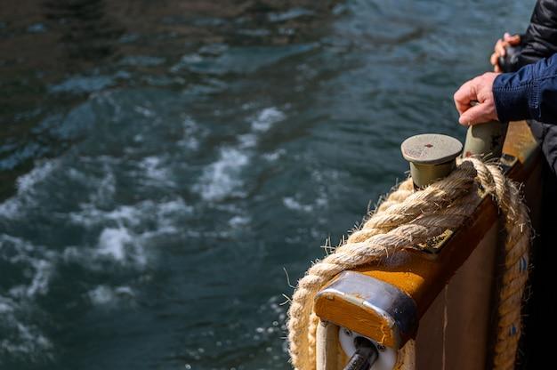 Венеция, италия. швартовная веревка на крыле, вапаретто. Premium Фотографии