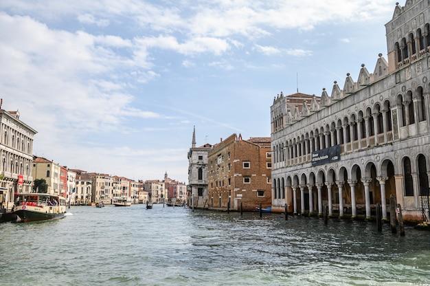 Вид на город с гранд-канала, исторический центр. Premium Фотографии