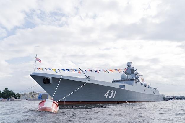 ロシア海軍の軍艦。海軍記念日のお祝い Premium写真