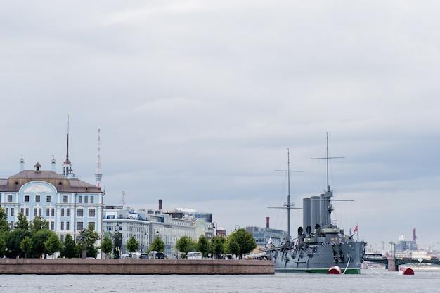 Крейсер аврора, музейный комплекс в историческом центре города. Premium Фотографии