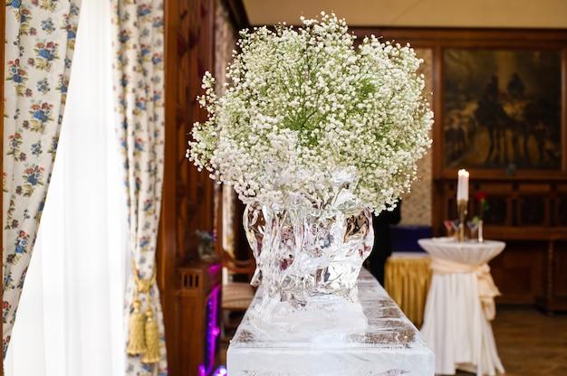 結婚式の宴会で新鮮な花で飾られた花瓶。 Premium写真