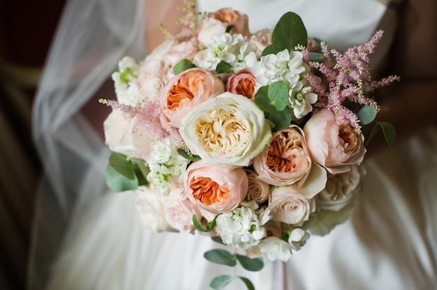 白とピンクの牡丹のウェディングブーケ。 Premium写真
